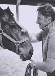 Lorenzo d'Arpe Medico Veterinario è esperto di laminite nel cavallo, navicolite e in tutte le patologie del piede del cavallo. Come evitare un cavallo zoppo a partire dalla cura del piede e dell'osso navicolare